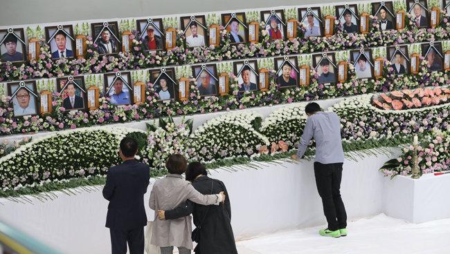 5월 1일 이천 물류창고 화재 사고 사망자 합동분향소에서 유족이 오열하고 있다. [박영대 동아일보 기자]