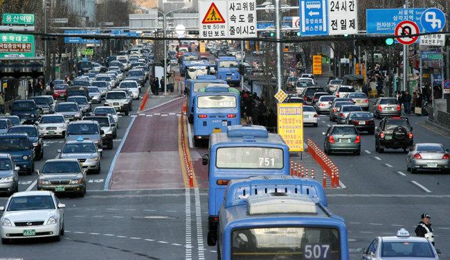 이명박 전 대통령이 서울시장 시절 도입한 버스전용차로제. [동아일보 전영한 기자]