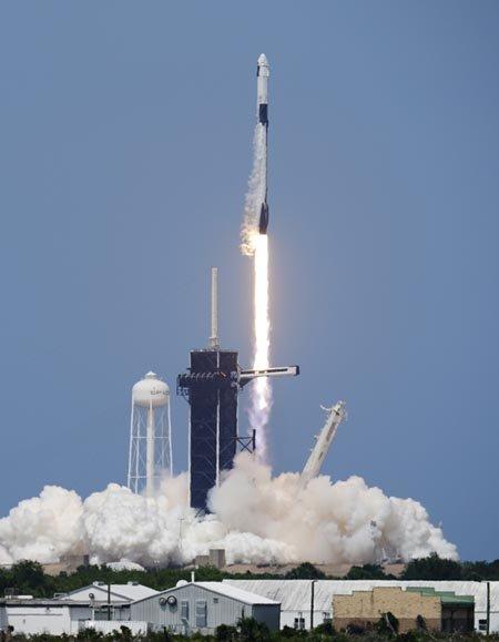 스페이스X가 최근 유인 우주선 팰컨9을 발사하는 모습. [AP=뉴시스]
