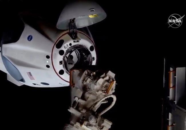 크루 드래곤이 국제우주정거장 도킹에 성공했다. [AP=뉴시스]