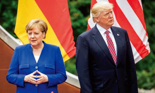 도널드 트럼프 미국 대통령과  앙겔라 메르켈 독일 총리가  2018년 주요 7개국(G7) 정상회담에서 서로 외면하고 있다. [DPA]