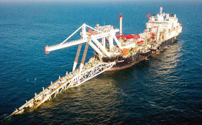 대형선박이 발트해에 천연가스 파이프를 투입하고 있다.  [nordstream2.com]