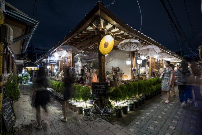 밤늦게 골목을 밝히는 카페, 편의점이 근처에 있는 오피스텔이 투자 가치가 높다. [조영철 기자]