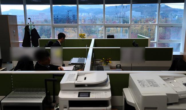 남북연락사무소에서 직원들이 업무를 보고 있다.