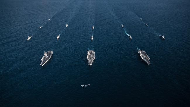 미국 항공모함 3척과 한국 함정들이 2017년 11월 동해에서 연합훈련을 실시하고 있다. [US Navy]