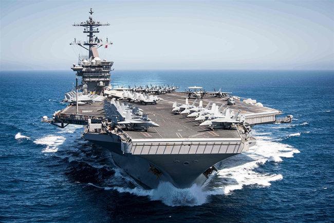 미국 항모 루스벨트호가 서태평양에서 항해하고 있는 모습. [US Navy]