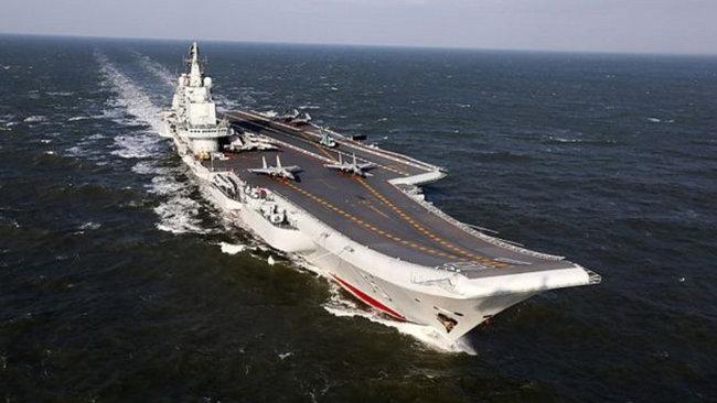 중국 항모 산둥호가 남중국해를 항해하고 있다. [중국군망]