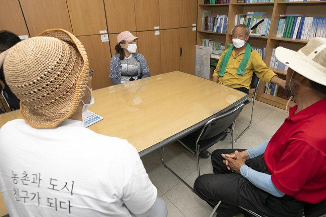 6월 15일 양구군농업기술센터에서 농장주와 서울에서 온 근로자들이 인사를 나누고 있다. [조영철 기자]