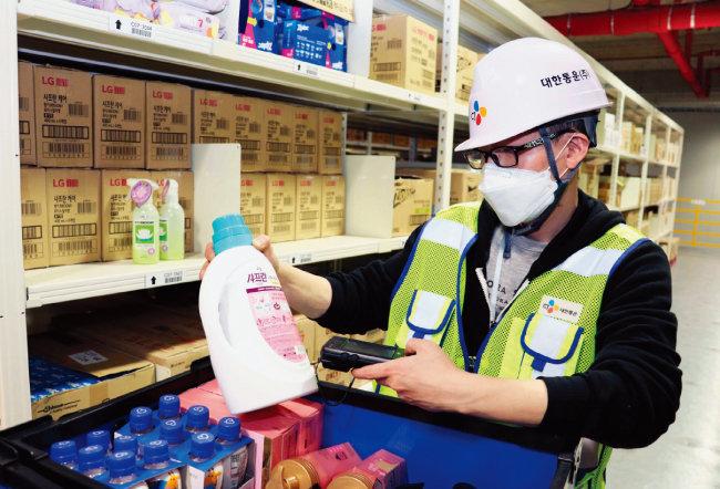 경기 광주 CJ대한통운 곤지암 메가허브터미널에 마련된 대형 풀필먼트센터에서 한 직원이 LG생활건강 제품을 확인하고 있다. [사진 제공 · CJ대한통운]
