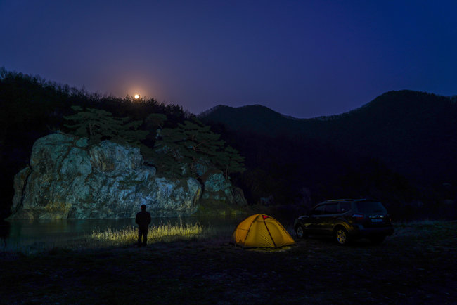 전북 진안군 섬바위 금강변의 보름밤. [양영훈 여행작가]