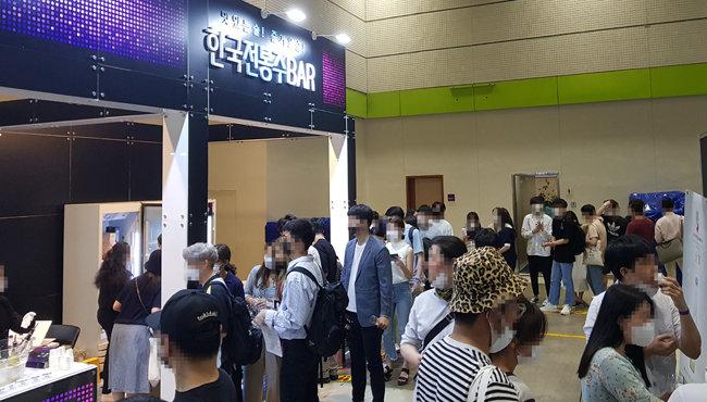 서울 강남구 코엑스에서 열린 '2020 서울국제주류박람회'의 전통주 섹션에 많은 인파가 몰렸다.  [명욱]