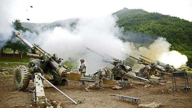 한국군 제1포병여단은 개성공단 일대를 강철비로 뒤덮고도 남을 만한 엄청난 화력을 보유하고 있다. 사진은 한국군 포병의 훈련 모습.