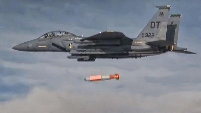 미국 F-15E 전투기가 저위력 핵무기 B61-12 투하 실험을 하고 있다. [Sandia National Lab]