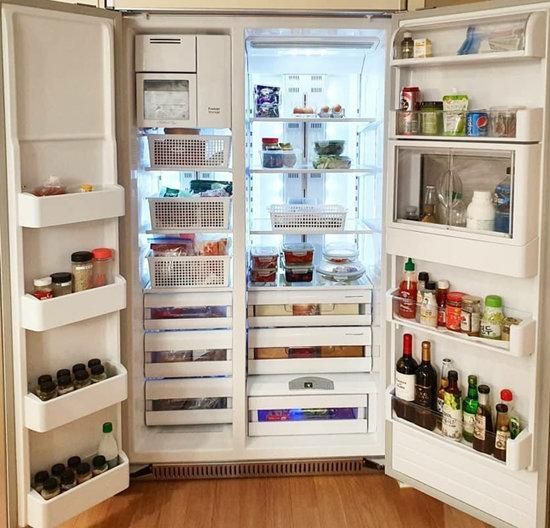 냉장고 아래쪽에는 무거운 식품을, 위쪽에는 가벼운 식품을 넣는다.
