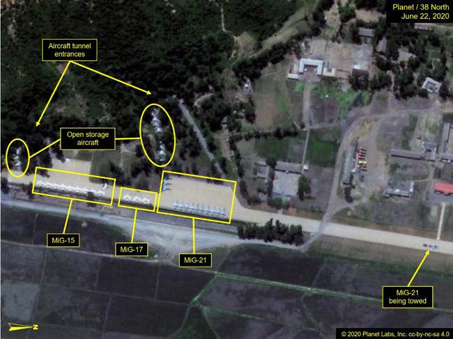 북한 원산갈마비행장-전투기 포착. [미국 북한전문매체 38노스 홈페이지 캡쳐]