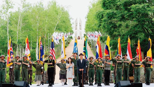 6월 25일 강원 철원군에서 거행된  6·25전쟁 70주년 행사에서 참석자들이 국기에 대한 경례를  하고 있다. [사진 제공 · 강원도청]