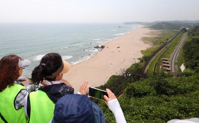 강원도 고성군 DMZ 평화의 길 투어에 나선 관광객들이 주변을 감상하고 있다. [뉴스1]
