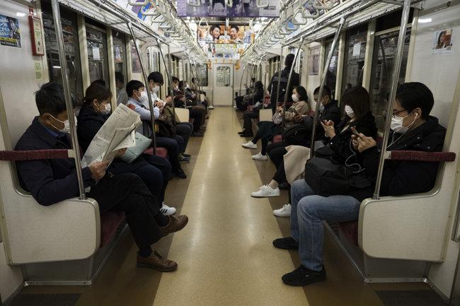 일본 도쿄 지하철의 출근길 시민들. 일본에서는 코로나19 사태로 맥주의 음식점 소비가 줄고, 가정 소비가 늘었다. [뉴시스]