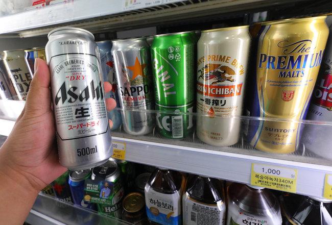 지난해 7월 서울 중구 한 편의점에 비치된 아사히맥주 등 일본 맥주들. 일본 제품 불매운동이 시작된 지 1년이 된 지금 편의점에서는 일본 맥주를 찾아보기 힘들다. [뉴시스]