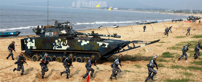 중국 해군육전대(해병대)가 광둥성 지역에서 상륙 훈련을 실시하고 있다. [china.mil]