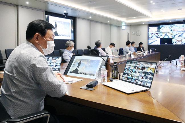 신동빈 롯데 회장이 14일 화상을 통해 VCM(사장단회의)을 주재하고 있다. [뉴시스]