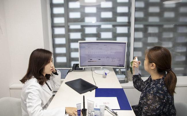 스킨 사이언스 랩에서 첨단 피부 측정과 유전자 분석을 통한 상담을 할 수 있다.