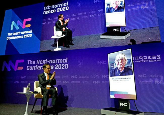 7월23일 고려대 의과대학 유광사홀에서 열린 '넥스트 노멀 콘퍼런스(Next Normal Conference) 2020'에서 김영훈 고려대 의무부총장 겸 고대의료원장(의무부총장)(왼쪽)이 세계미래학회장인 짐 데이토 명예교수와 화상으로 대담하고 있다.