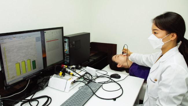 장진영 P&K피부임상연구센타 주임연구원이 피실험자를 대상으로 피부인체적용시험을 하고 있다. [조영철 기자]