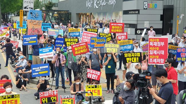 25일 서울 중구 을지로 예금보험공사 앞에서 개최된 부동산 촛불집회에는 2000여 명의 시민이 참가했다. [박해윤 기자]
