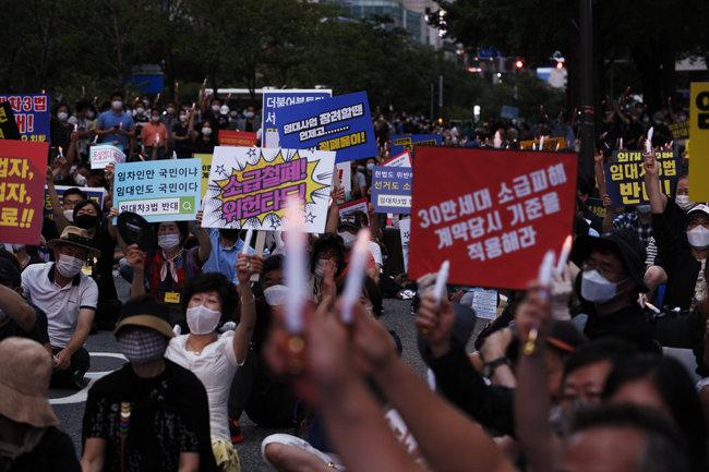 25일 저녁 서울 중구 을지로 예금보험공사 앞에서 열린 부동산 정책 규탄 집회에서 참석자들이 촛불을 들고 있다. [박해윤 기자]