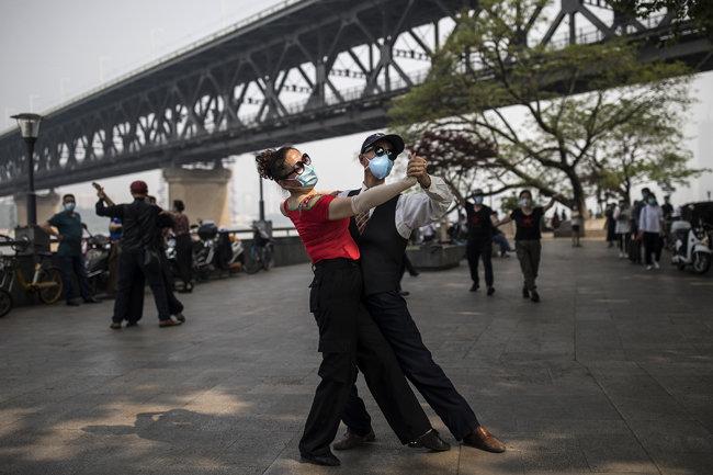 중국 후베이성 우한 양쯔강 근처에서 춤을 연습하는 사람들.