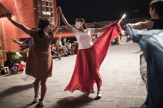우한 주민들이 장탄공원에서 춤추는 모습.