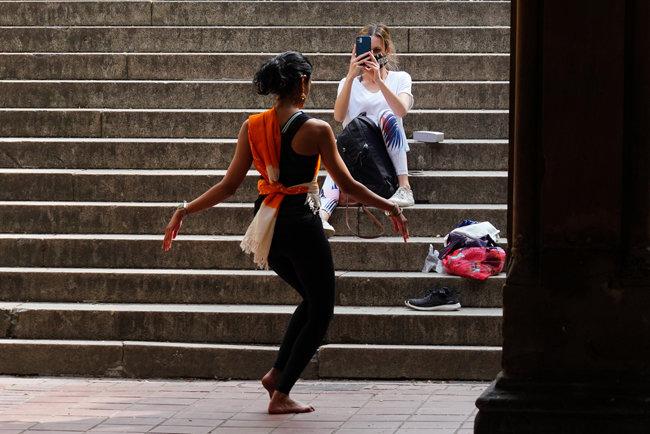 미국 뉴욕 센트럴파크에서 춤추는 한 여성.