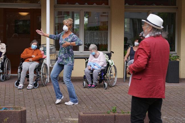 독일 베를린의 한 요양원에서 가수 알프 와이스가 라이브 공연을 펼치는 가운데 간호사가 춤을 추고 있다.