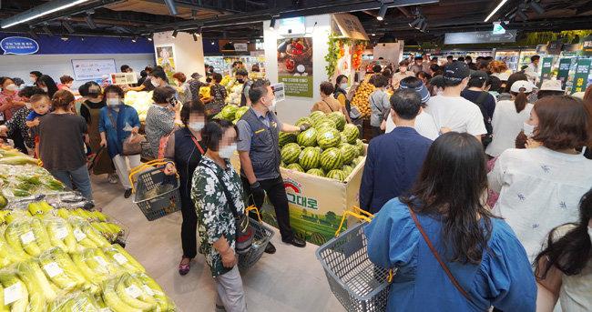 1~2인 가구 특성에 맞춰 소단량 상품을 많이 갖추고 있는 신촌점 식품 매장.