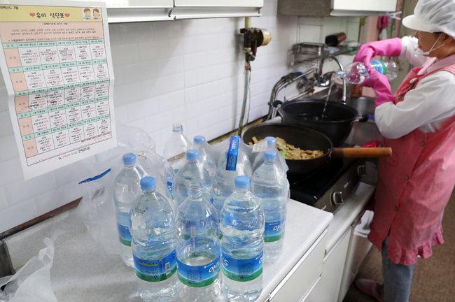 인천 서구, 부평구 지역 수돗물에서 잇달아 벌레 유충이 발견되자 시민들은 먹고 씻는 데 생수를 사용하고 있다. [뉴시스]
