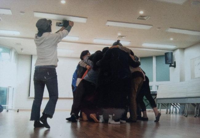 한국예술종합학교 출신의 홍재희 작가는 '암사자들' '아버지의 이메일' 등의 독립영화를 만들었다. 카메라를 들고 있는 이가 홍재희 감독.