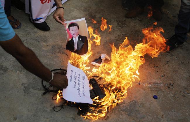 인도 국민들이 시진핑 중국 국가주석의 사진과 중국산 제품들을 불태우고 있다. [PTI]
