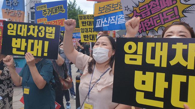7월 25일 저녁 서울 중구 예금보험공사 앞에서 열린 부동산 정책 규탄 촛불시위. [박해윤 기자]
