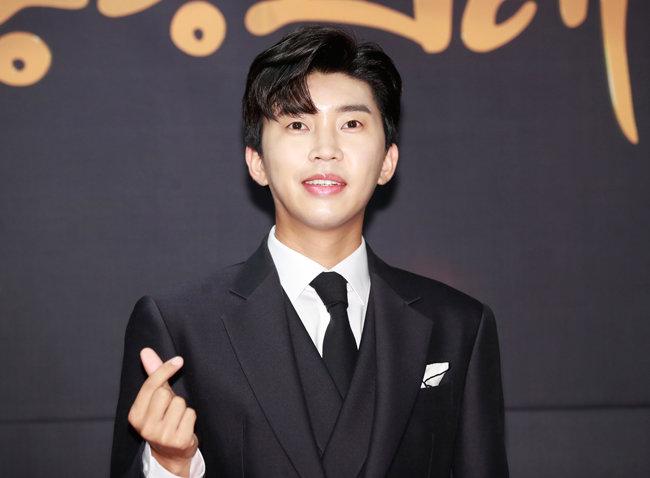 트로트 가수 임영웅이 7월 15일 열린 MTN '제12회 2020방송광고페스티벌'에 참석해 손 하트를 하고 있다. [뉴스1]