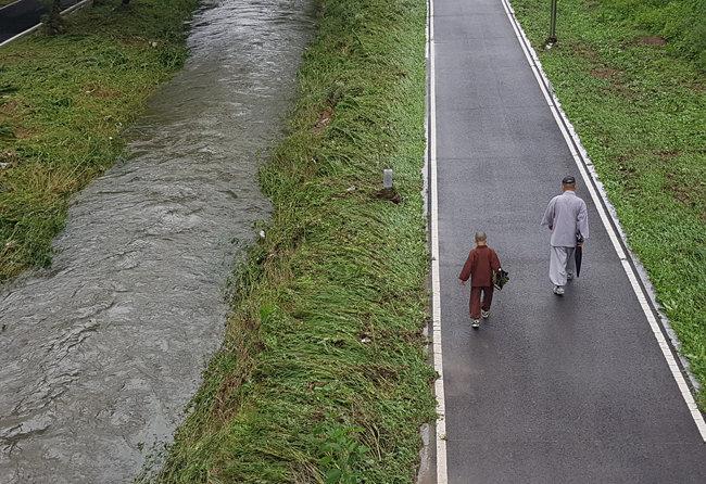 3일 출입이 통제된 여의천을 시민들이 걷고 있다. [최진렬 기자]
