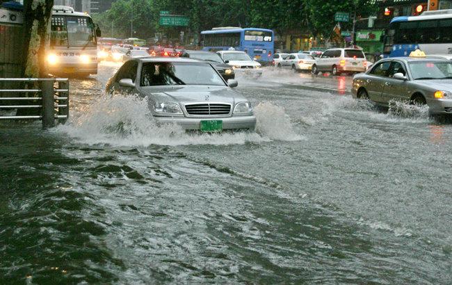 2005년 폭우에 물에 잠긴 강남역. [동아 DB]