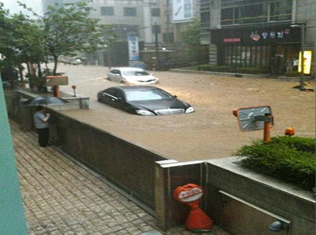 2011년 7월 집중후우에 침수된 강남역 일대. [서울시 제공]