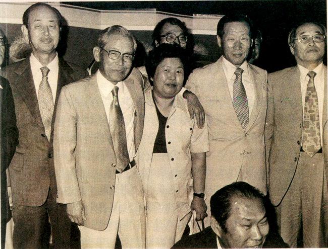 이수영 회장이 기자 시절 당시 재계 총수들과 함께 찍은 사진. 어깨동무를 한 분이 이병철 삼성 회장이고 오른쪽이 정주영 회장이다.