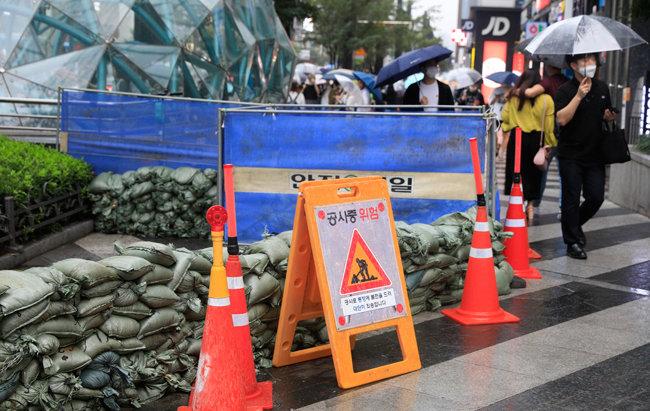 서울 강남역 주변에 하수 역류 방지를 위해 모래주머니를 쌓아 놓았다. [뉴시스]