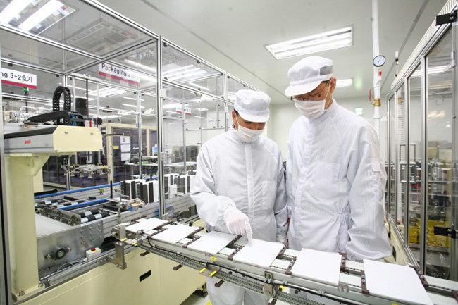 충북 오창 LG화학 전기차 배터리 공장에서 연구원들이 제품을 살펴보고 있다. [사진제공·LG화학]
