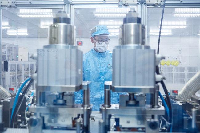충남 서산시 SK이노베이션 전기 자동차용 배터리 생산 공장 내부. [사진제공·SK]