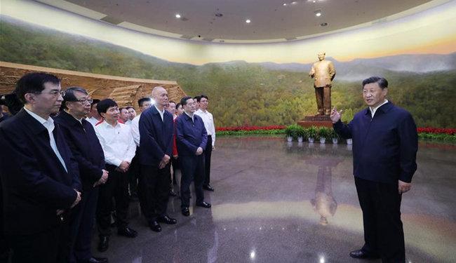 시진핑 중국 국가주석이 베이징 향산 혁명기념관의 마오쩌둥 동상 앞에서 연설하고 있다. [China Daily]