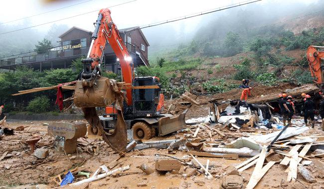 3일 경기 가평군 가평읍 산유리의 팬션 매몰 현장에서 소방당국이 구조 작업을 벌이고 있다. [뉴스1]