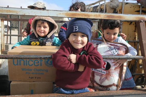 시리아 어린이들에게 겨울용품이 전달된 모습. [유니세프한국위원회 제공]